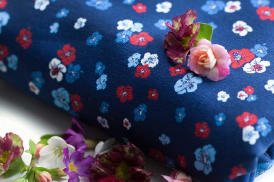Blumen French Terry Sommersweat Elly blau aus Sew & More Kollektion
