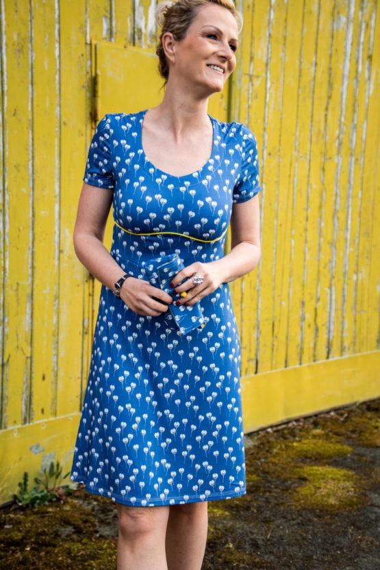Blumen Viskosejersey ALMA blau aus Sew & More Kollektion, Designbeispiel von Prülla - Danie Krüger