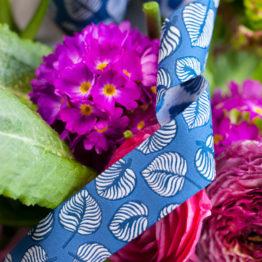 Webband NELLIE Blätter blau aus der Sew & More Kollektion